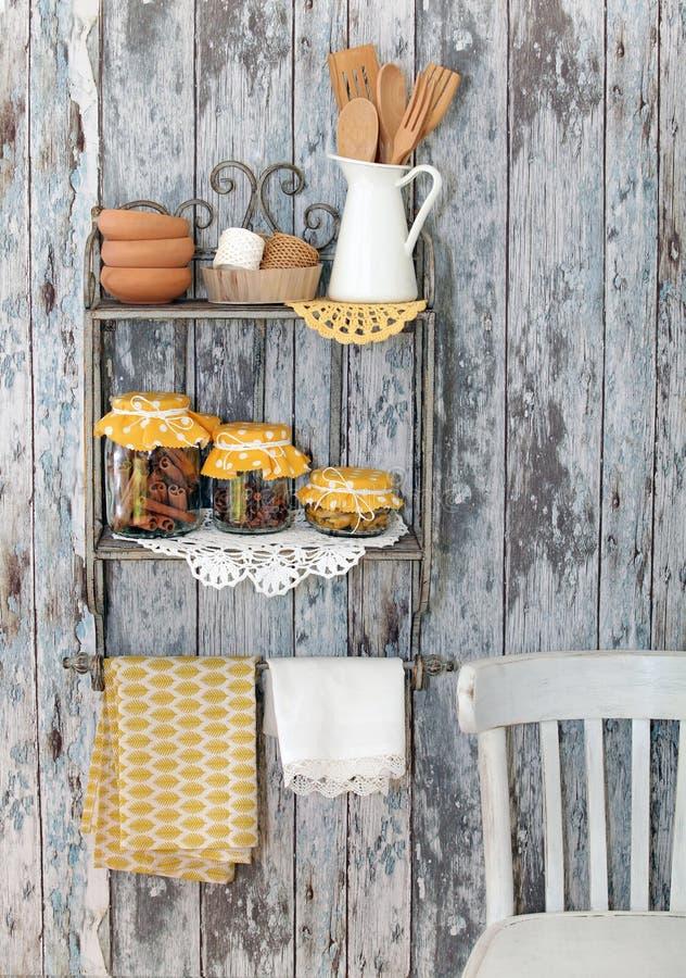 Weinleseküchengeräte und Gewürze (Zimt, Nelken, Gelbwurz) herein lizenzfreie stockbilder