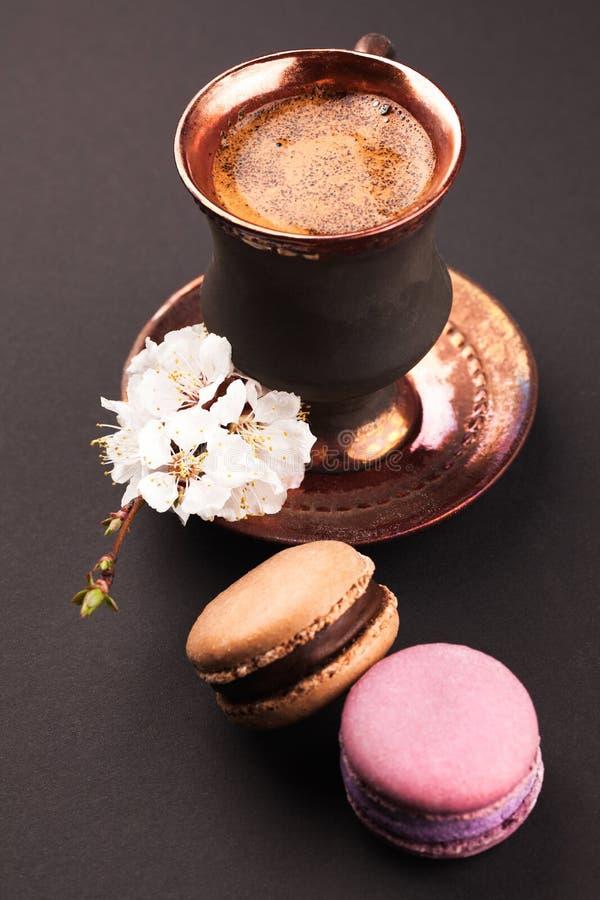 Weinlesekaffee mit Blume und Makronen stockfotografie