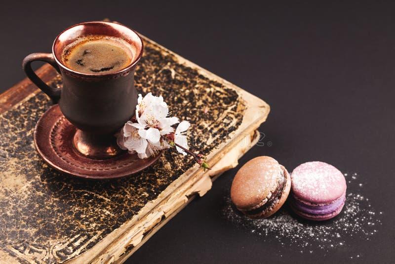 Weinlesekaffee mit Blume und Makronen stockbilder