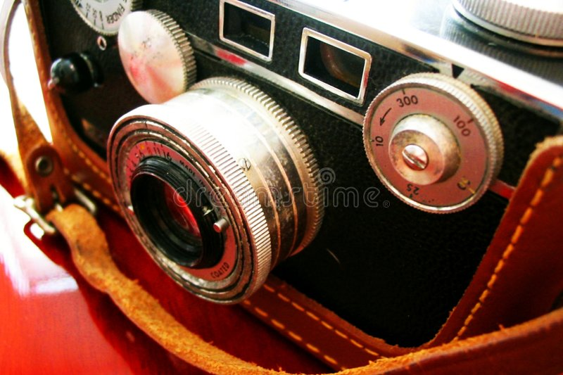 Weinlesekamera auf Kirschschreibtisch lizenzfreies stockfoto