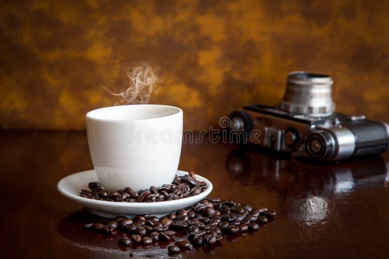 Weinlesekamera und -kaffee stockfotos