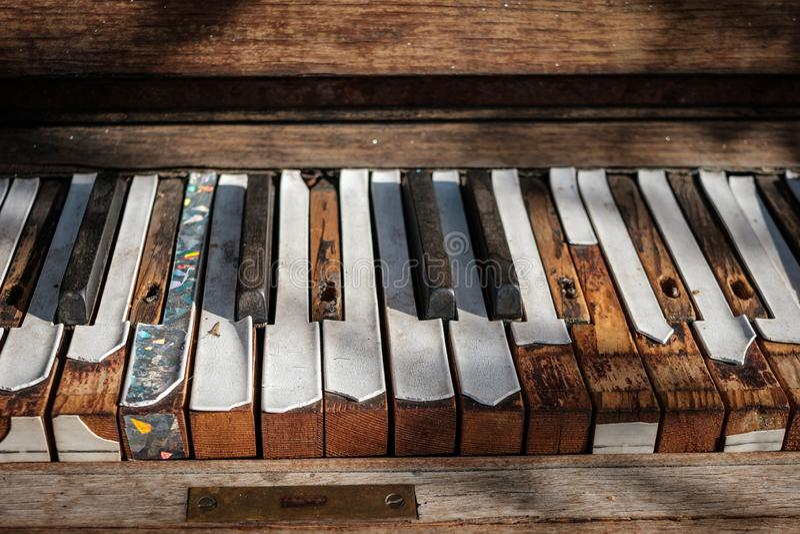 Weinleseklaviertastaturnahaufnahme - Klavierschlüssel lizenzfreie stockfotos