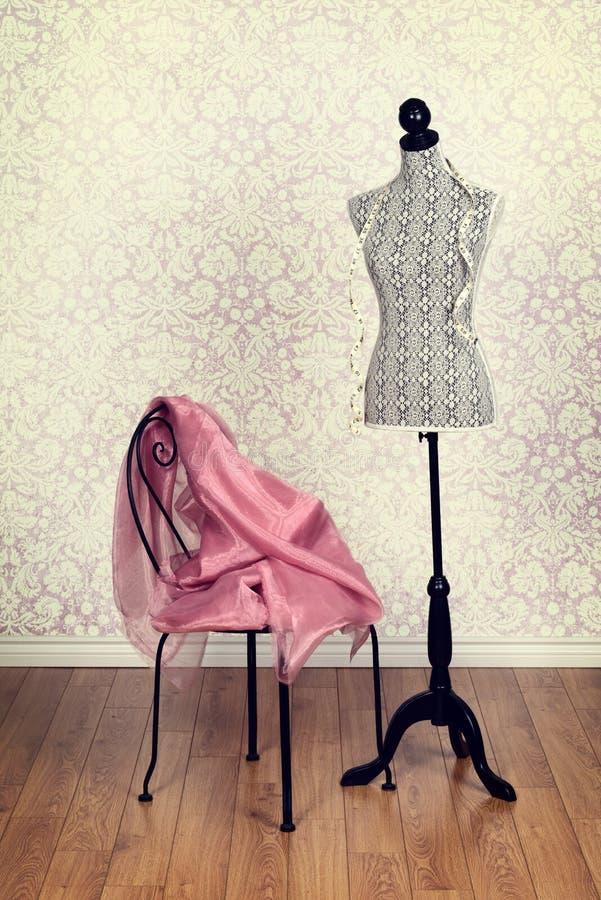 Weinlesekleiderform-Rosagewebe stockbilder