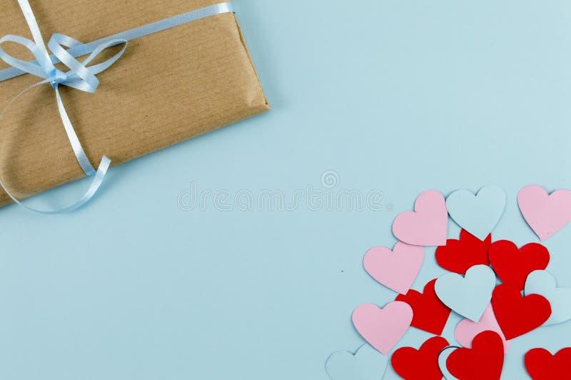 Weinlesekraftpapiergeschenkbox für Valentinsgrußtag stockfoto