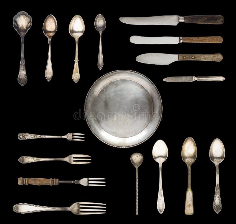 Weinleselöffel, Messer, Gabeln und eine Platte lokalisiert auf einem weißen Hintergrund lizenzfreie stockfotografie
