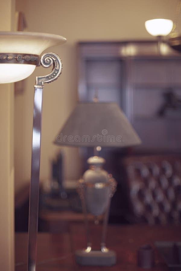 Weinleselampe im alten Innenraum lizenzfreie stockbilder