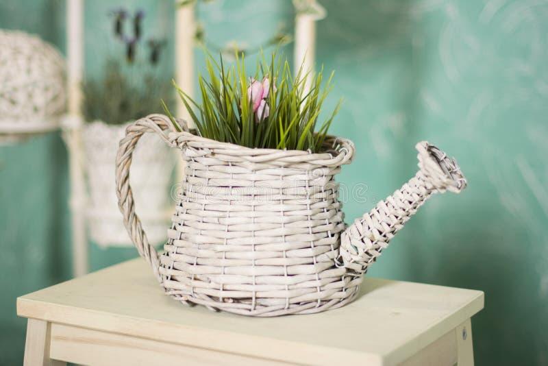 WeinleseLandhausinnenraum mit einer Tabelle mit einem Vase und flovers lizenzfreies stockfoto