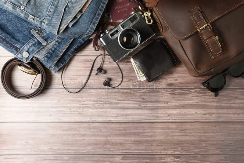 Weinleseledertasche und alte Jeans auf Holz lizenzfreies stockbild