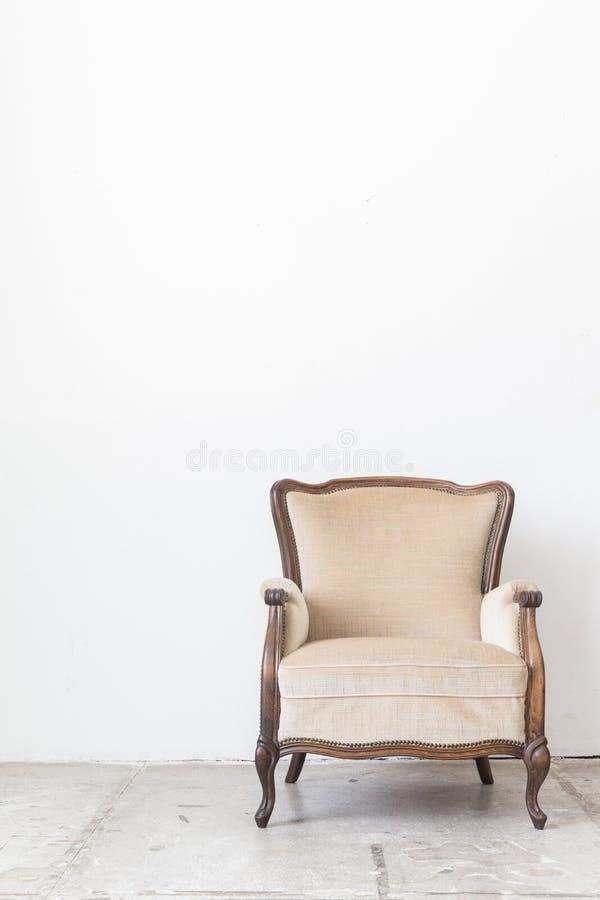 Weinleselehnsessel auf weißer Wand stockfoto