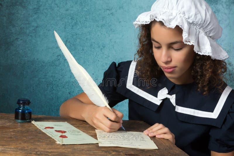 Weinlesemädchen, das einen Brief schreibt stockfoto