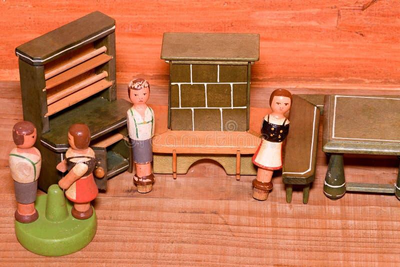 Weinlesemädchenspielzeug Hölzerne Retro- Spielwaren Spielzeugschrank und Spielzeugkamin Hölzerne Attrappen von Leuten stockfoto