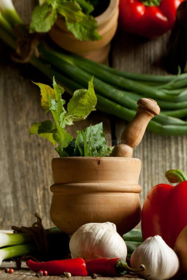 Weinlesemörtel und Mischung des Gemüses mit Reflex stockfotografie