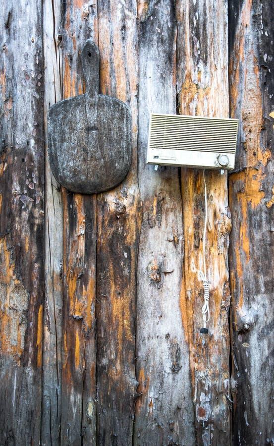 Weinlesematerial, das an einer hölzernen Wand hängt lizenzfreie stockfotos