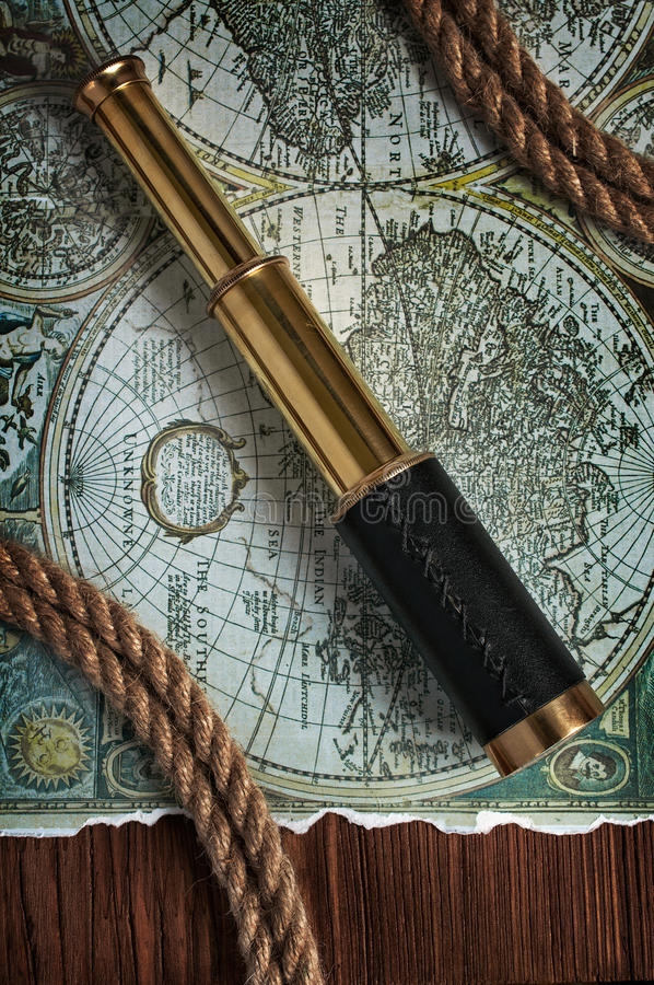 Weinlesemessingteleskop und -karte stockfotografie