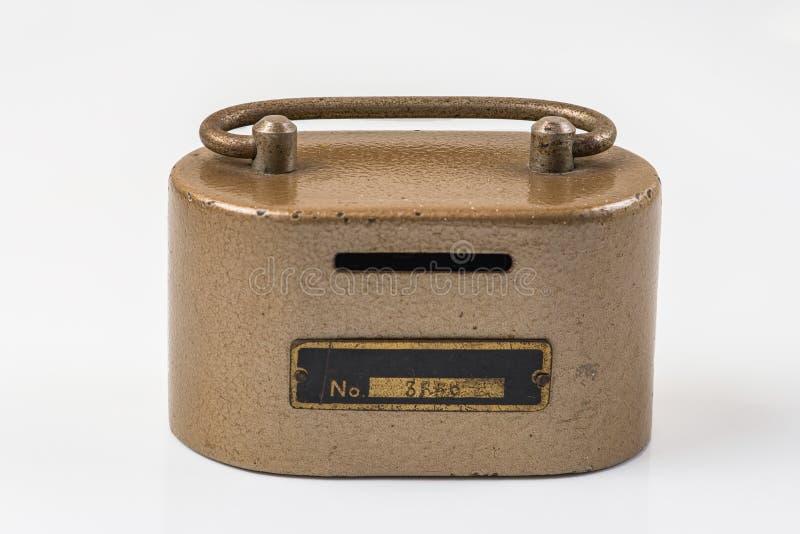 Weinlesemetall-moneybox auf weißem Hintergrund stockfotos