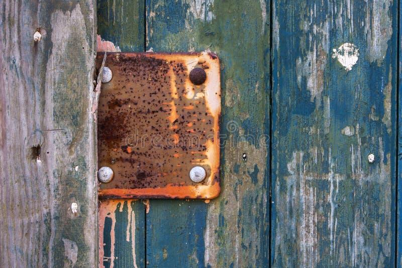 Weinlesemetallplatte auf alter Holztür lizenzfreies stockbild
