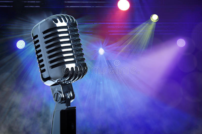 Weinlesemikrofon auf Stadium lizenzfreie stockfotos