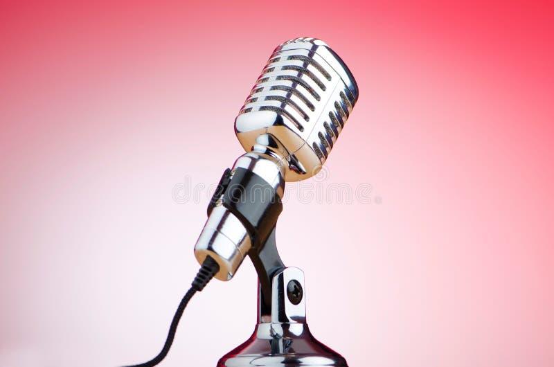 Weinlesemikrofon gegen roten Hintergrund stockbilder