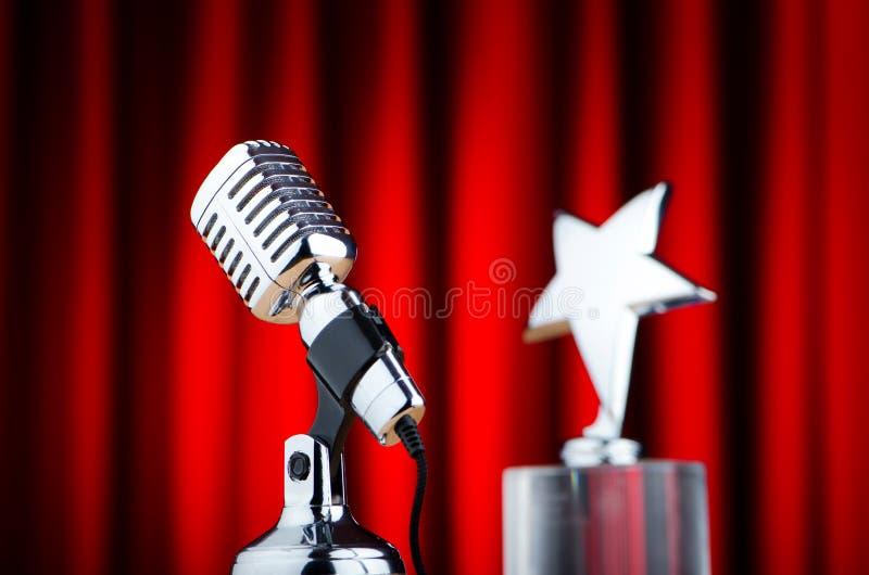 Weinlesemikrofon gegen roten Hintergrund lizenzfreie stockbilder