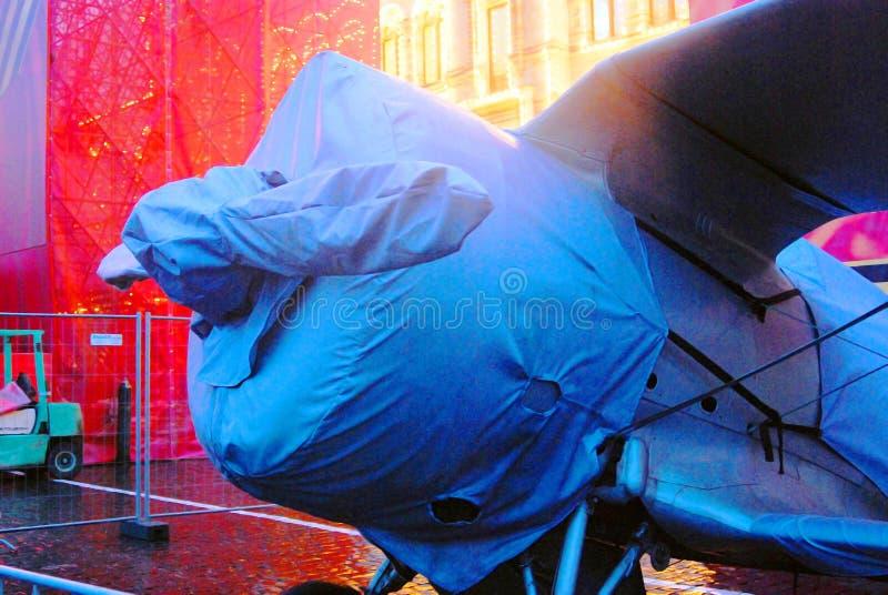 Weinlesemilitärflugzeug gezeigt auf dem Roten Platz in Moskau lizenzfreie stockbilder