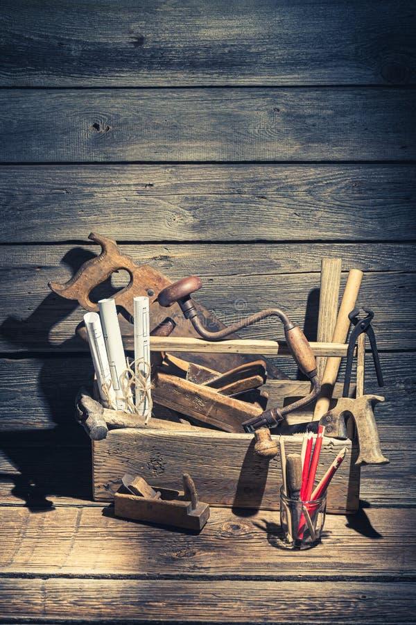 Weinleseort von Tischlern arbeiten an rustikalem Holztisch stockbilder
