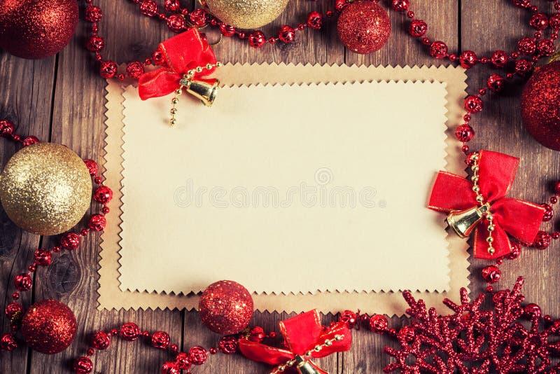 Weinlesepapier mit Weihnachtsdekoration stockfotografie