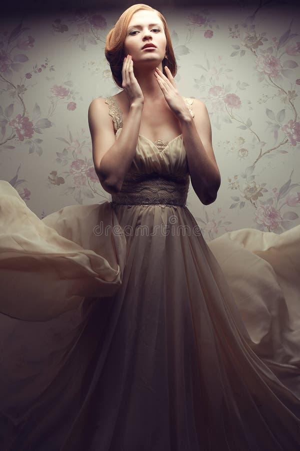 Weinleseporträt der bezaubernden rothaarigen Frau im Großen Kleid lizenzfreies stockfoto