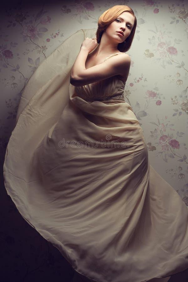 Weinleseporträt des bezaubernden rothaarigen Mädchens im Weinlesekleid lizenzfreie stockfotos