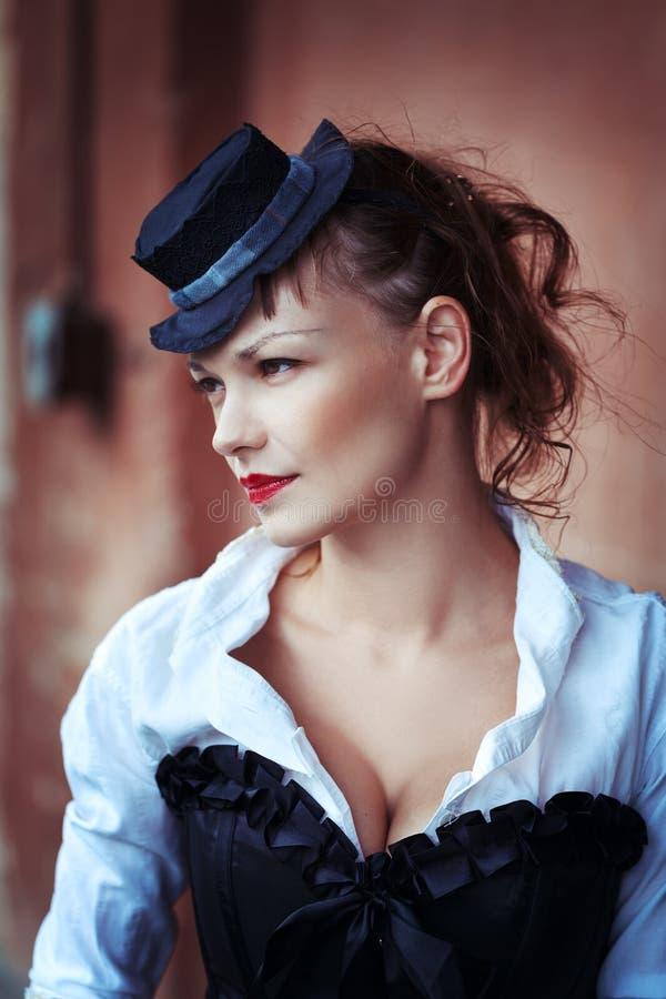 Weinleseporträt des schönen Mädchens lizenzfreies stockfoto