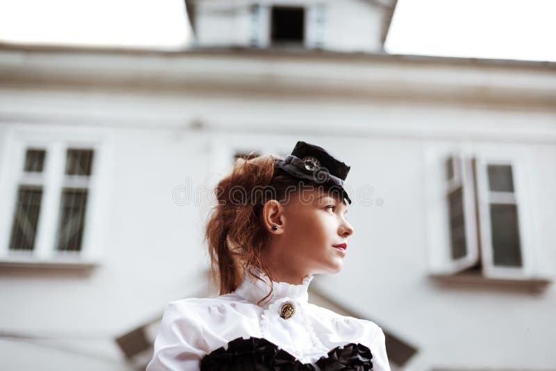 Weinleseporträt des schönen Mädchens lizenzfreie stockfotografie