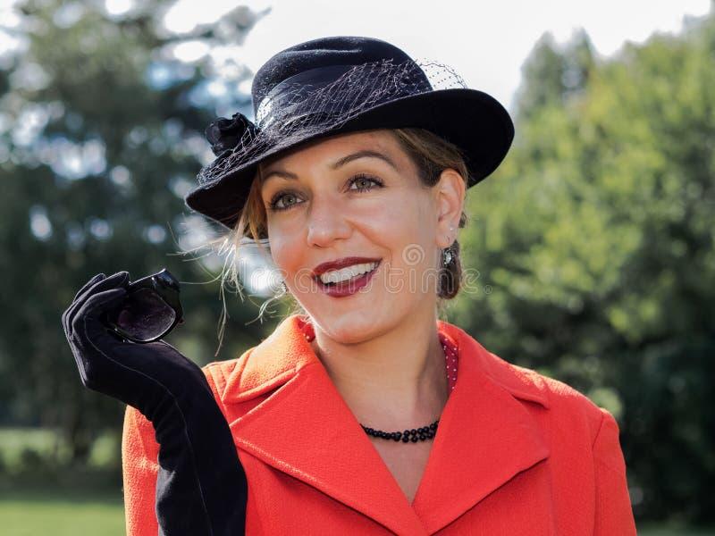 Weinleseporträt einer jungen attraktiven Frau, die alte Mode trägt stockbilder