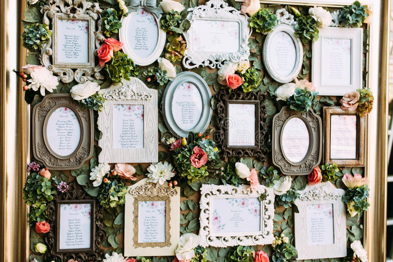 Weinleserahmen mit der Liste der Hochzeitsgäste stockfotografie
