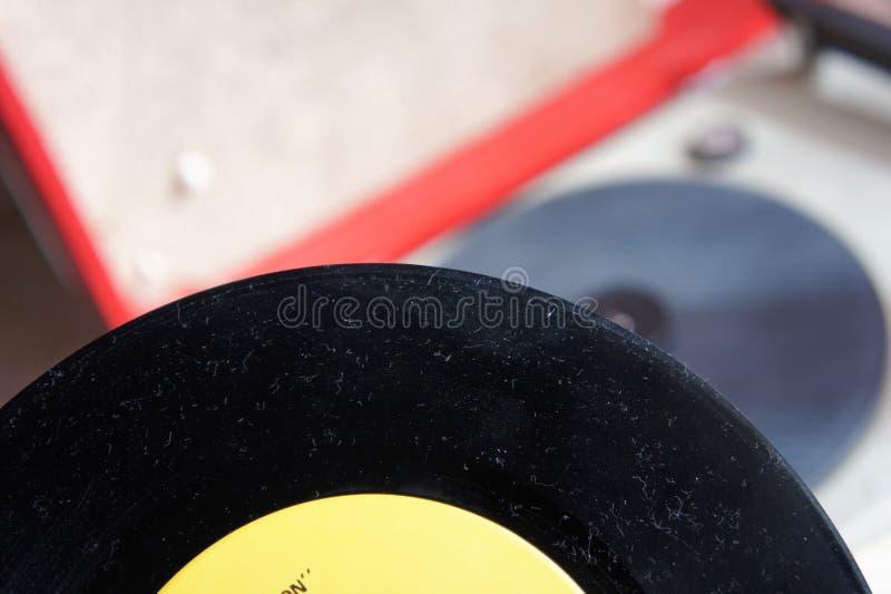 Weinleserekordspieler mit Vinyldiskette lizenzfreies stockbild