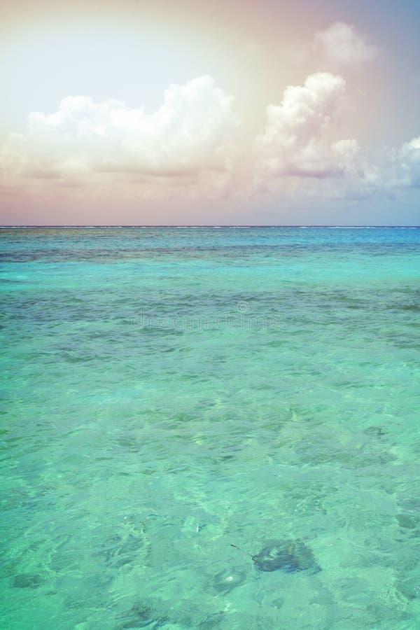 Weinleseretrostilfoto des tropischen blauen Himmels mit Wolken und Sonne lizenzfreie stockfotografie