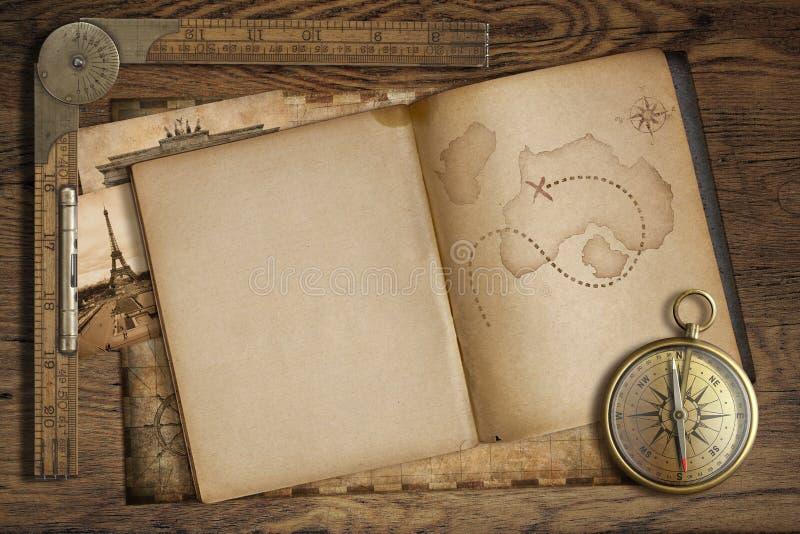 Weinleseschatzkarte im offenen Buch mit Kompass und altem Machthaber lizenzfreie abbildung