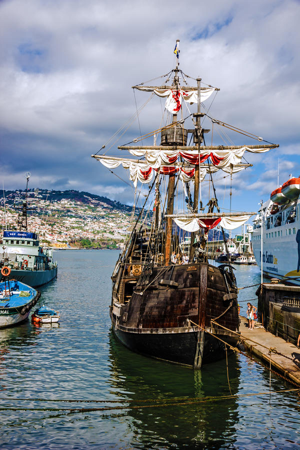 Weinleseschiff Santa Maria da Colombo im Hafen von Funchal, Portug lizenzfreie stockfotografie