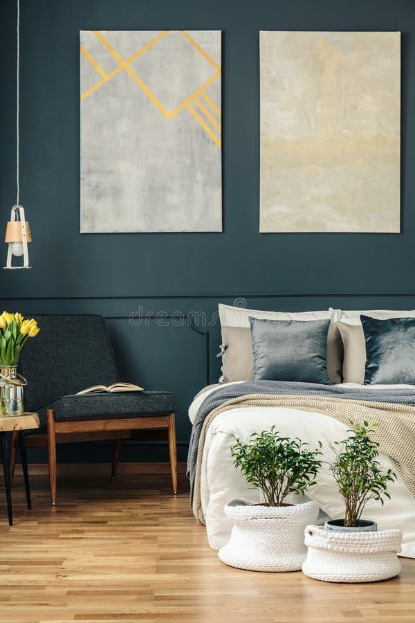 Weinleseschlafzimmer mit Lehnsessel stockfotos