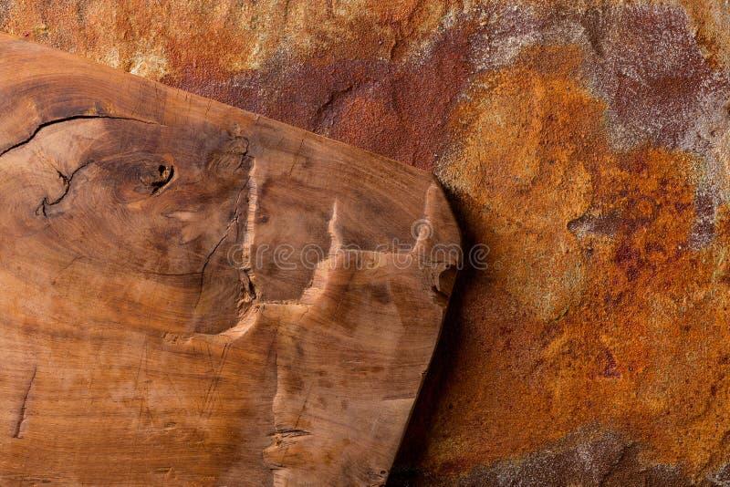 Weinleseschneidebrett auf rostigem Metallhintergrund stockfotografie