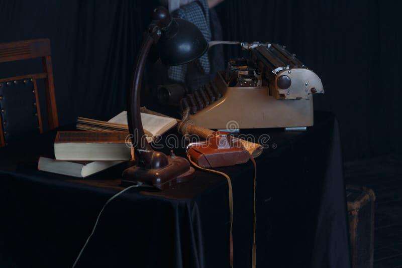 Weinleseschreibmaschine, Fotokamera und alte Schlüssel auf Holztisch nostalgiker lizenzfreie stockfotografie