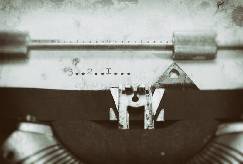 Weinleseschreibmaschine mit einem Text stockfotos