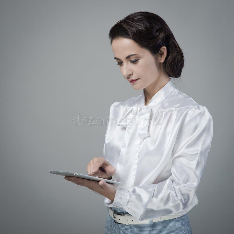Weinlesesekretär, der Tablette verwendet lizenzfreies stockbild