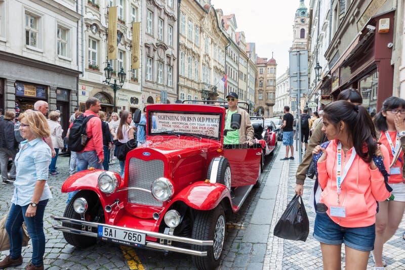Weinlesesightseeing-tour-Auto in Prag lizenzfreies stockfoto