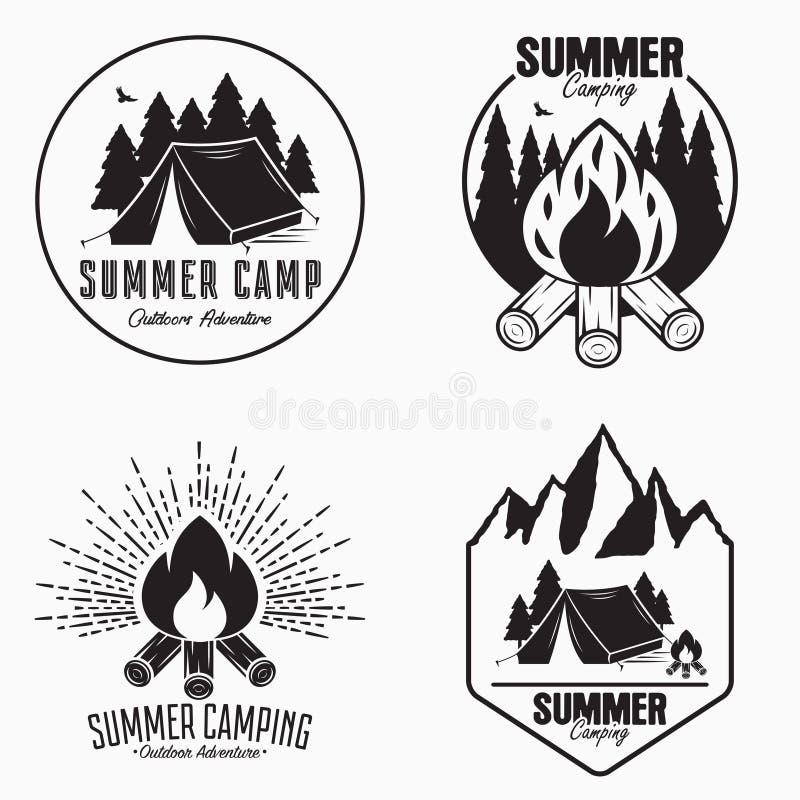 Weinlesesommerlager-Logosatz Kampierende Ausweise und Abenteuerembleme im Freien Ursprüngliche Typografie mit Campingzelt, Feuer lizenzfreie abbildung