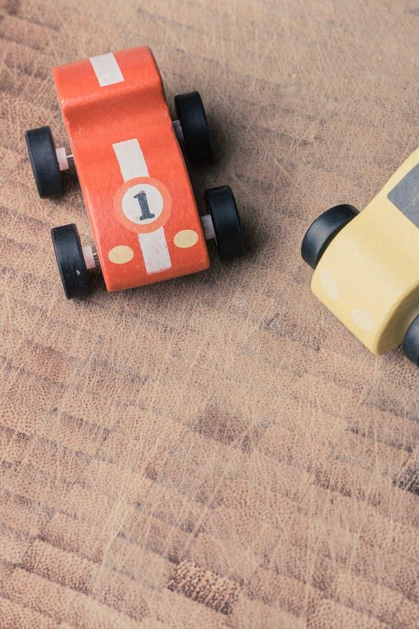 Weinlesespielzeugautos in Folge auf einer Holzoberfläche lizenzfreies stockfoto