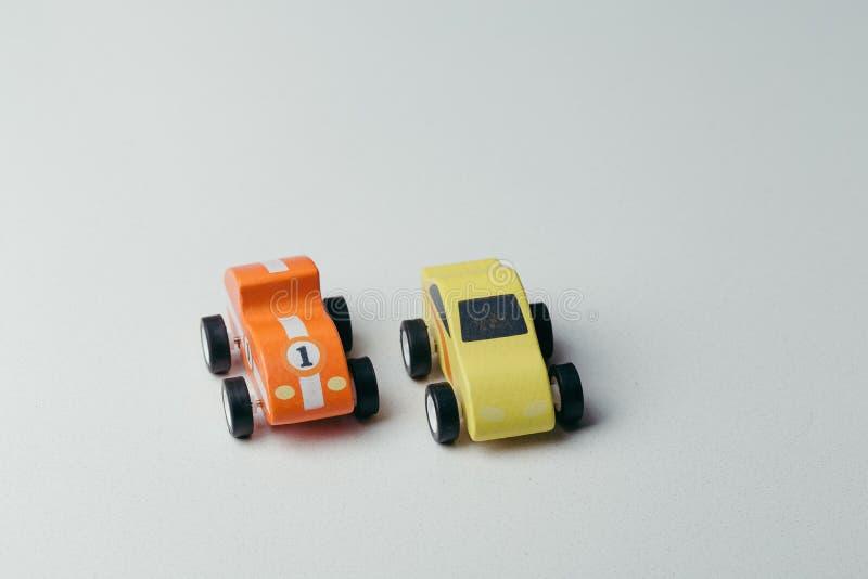 Weinlesespielzeugautos in Folge auf einer weißen Oberfläche lizenzfreie stockfotografie