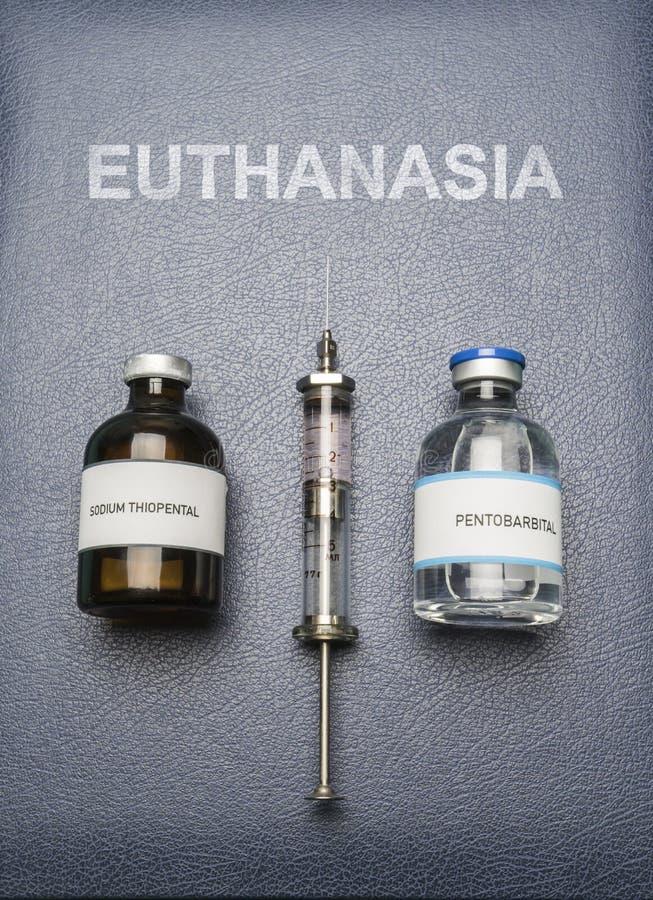 Weinlesespritze und -drogen benutzt in der Todesspritze auf einem Buch der Euthanasie, digitale Zusammensetzung stockfotos