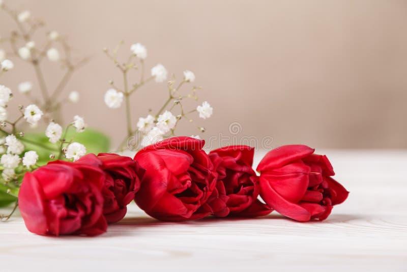 Weinlesestillleben mit einem Frühlingsblumenstrauß von Tulpen Das Konzept des Muttertags, der Tag der Frauen Verzieren Sie Haus m stockfoto