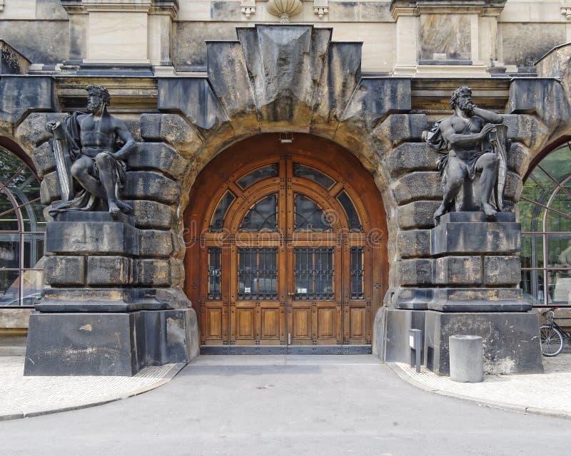 Weinlesetür und Statuen, Dresden Deutschland lizenzfreie stockfotos