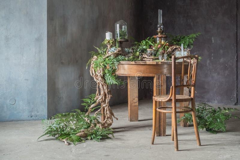 Weinlesetabelle mit Blumendekoration mit Kerzen stockfotografie