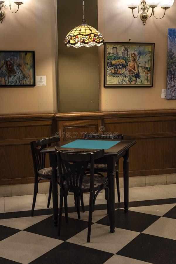 Weinlesetabelle und -stühle in einer traditionellen Kaffeestube stockfoto